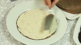 Fazendo o bolo do crepe do oreo vídeos de arquivo