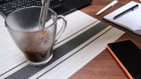 Fazendo o café durante o tempo da ruptura do escritório filme