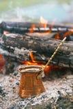 Fazendo o café na chaminé ao acampar ou caminhada fotos de stock