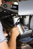 Fazendo o café no café Fotos de Stock