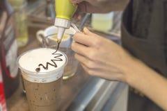 Fazendo o café no café Imagens de Stock