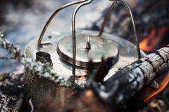 Fazendo o café no fogo do acampamento Imagem de Stock