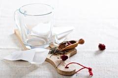 Fazendo o chá com saquinhos de chá Fotos de Stock Royalty Free