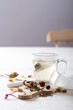 Fazendo o chá com saquinhos de chá Foto de Stock Royalty Free