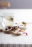 Fazendo o chá com saquinhos de chá Imagem de Stock Royalty Free