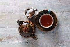 Fazendo o chá no potenciômetro Fotografia de Stock Royalty Free