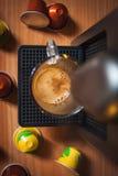 Fazendo o coffe da manhã com máquina do coffe Vista superior imagem de stock