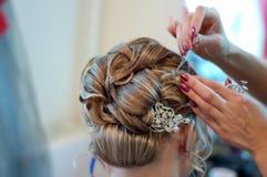 Fazendo o coiffure do casamento Imagens de Stock