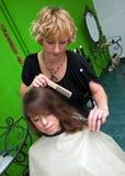 Fazendo o corte de cabelo Foto de Stock Royalty Free