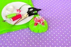 Fazendo o coxim do pino de feltro Como fazer um coxim do pino de feltro, ponto por ponto Costura simples para crianças Projetos d imagem de stock