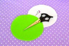 Fazendo o coxim do pino de feltro Como fazer um coxim do pino de feltro, ponto por ponto Costura simples para crianças Projetos d foto de stock