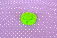 Fazendo o coxim do pino de feltro Como fazer um coxim do pino de feltro, ponto por ponto Costura simples para crianças Projetos d imagens de stock