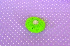 Fazendo o coxim do pino de feltro Como fazer um coxim do pino de feltro, ponto por ponto Costura simples para crianças Projetos d fotografia de stock royalty free
