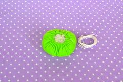 Fazendo o coxim do pino de feltro Como fazer um coxim do pino de feltro, ponto por ponto Costura simples para crianças Projetos d imagens de stock royalty free