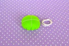 Fazendo o coxim do pino de feltro Como fazer um coxim do pino de feltro, ponto por ponto Costura simples para crianças Projetos d fotos de stock
