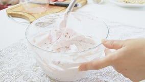 Fazendo o creme dobrando o açúcar de crosta de gelo com queijo da ricota video estoque