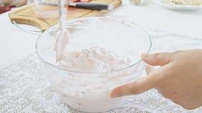 Fazendo o creme dobrando o açúcar de crosta de gelo com queijo da ricota filme