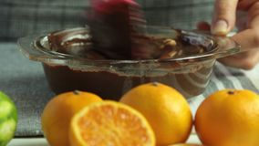 Fazendo o creme para a musse de chocolate com geleia alaranjada video estoque