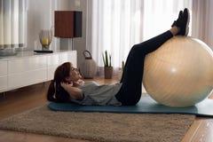 Fazendo o exercício em casa Foto de Stock Royalty Free