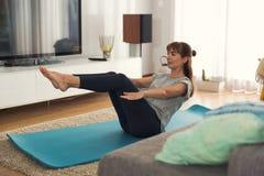 Fazendo o exercício em casa Imagens de Stock Royalty Free