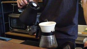Fazendo o gotejamento do café vídeos de arquivo