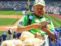 Fazendo o grande negócio como um vendedor de alimento do estádio Fotografia de Stock