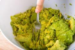 Fazendo o guacamole - abacate sensacional Fotografia de Stock