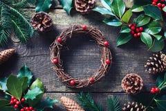 Fazendo o Natal envolva usando materiais frescos e todos os naturais imagens de stock royalty free