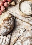 Fazendo o pão com farinha Imagem de Stock Royalty Free