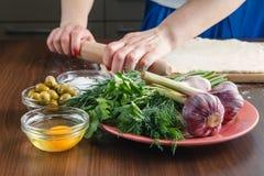 Fazendo o pão do ciabatta com alho, azeitonas mediterrâneas Imagens de Stock Royalty Free