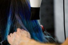 Fazendo o penteado usando o secador de cabelo fotografia de stock royalty free
