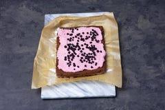 Fazendo o roulade do bolo de esponja com musse da baga fotos de stock