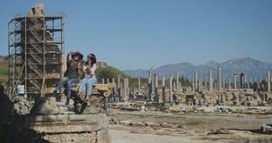 Fazendo o selfie na cidade antiga Perge, museu histórico antigo do ar livre vídeos de arquivo