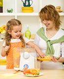 Fazendo o sumo de laranja fresco Imagens de Stock