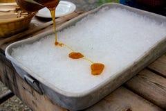 Fazendo o taffy do xarope de bordo na barraca do açúcar em Quebeque Foto de Stock Royalty Free