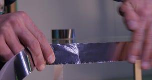 Fazendo o vidro Fazendo o vidro para a janela na fabricação Vidro reinforcied pela fita O trabalhador gravou o vidro after filme