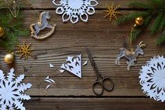 Fazendo os flocos de neve de papel com suas próprias mãos Children& x27; s DIY Conceito do Feliz Natal e do ano novo Etapa 2 Cort fotografia de stock royalty free