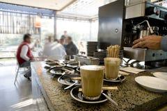 Fazendo os latte e o café 02 Fotos de Stock Royalty Free