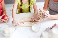 Fazendo a pastelaria fotografia de stock royalty free