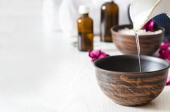 Fazendo preparações para a massagem com óleo cosmético no salão de beleza dos termas, espaço da cópia fotografia de stock royalty free