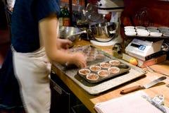 Fazendo queques na padaria orgânica Foto de Stock