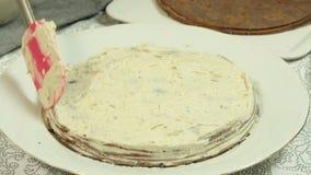 Fazendo a receita do bolo do crepe do oreo vídeos de arquivo