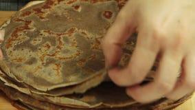 Fazendo a receita do bolo do crepe do oreo filme