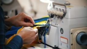 Fazendo a roupa Trabalho de mãos fêmea na máquina de costura no estúdio Feche acima do tiro vídeos de arquivo