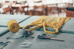 Fazendo sacos feitos a mão da malha imagem de stock royalty free