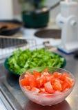 Fazendo a salada na cozinha Imagens de Stock