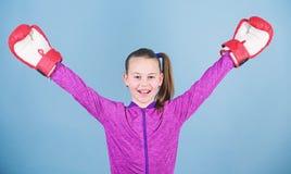 Fazendo seu melhor sucesso do esporte Forma do Sportswear Desportista feliz da crian?a em luvas de encaixotamento Dieta da aptid? imagem de stock royalty free