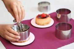 Fazendo a sobremesa da morango Foto de Stock Royalty Free