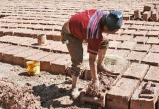 Fazendo tijolos à mão foto de stock