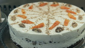 Fazendo a torta branca do bolo de cenoura vídeos de arquivo